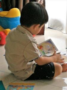 三岁孩子自己翻书