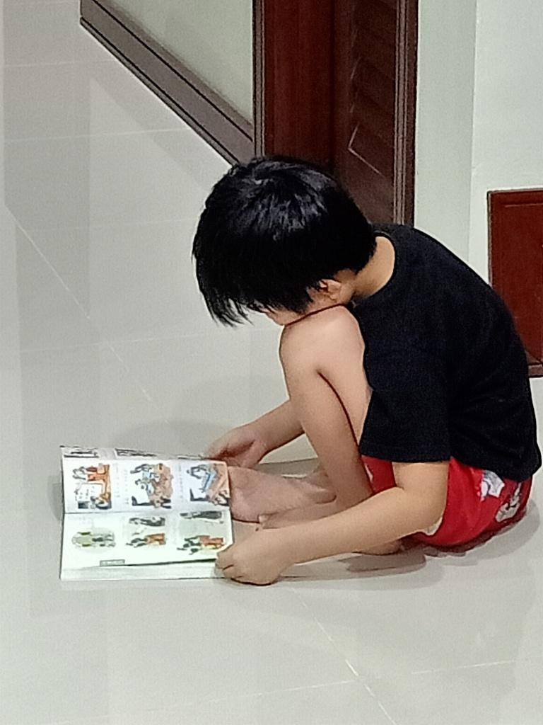 小一网课进行了一个月,孩子的英文阅读能力瞬间爆发,仿佛任督二脉被打通似的,从看不懂几粒英文字,完全不愿意尝试自主阅读,到现在对认字兴致勃勃,能独立看完一本简单的英文书。反观华文,进度好像距离英文好远!